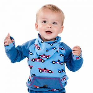 jongen-jeans-blauwe-sweater-race-cars