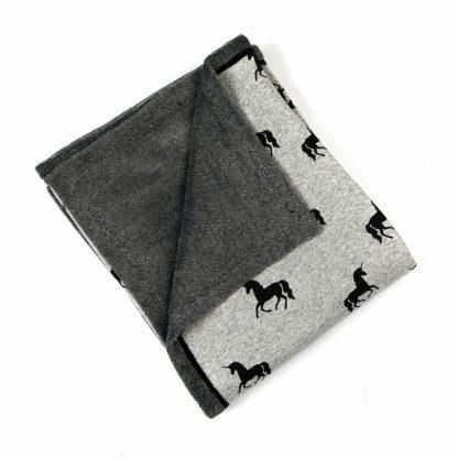fleece-dekentje-unicorn-zwart-grijs-tinten